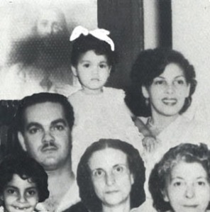 Mi padre, yo cargada por mi madre, mihermanita Zory, mi tía abuela, yo la llamaba