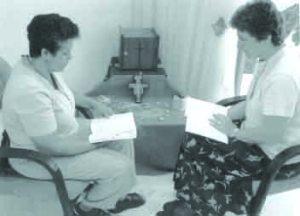 Las Hnas. María Elena Larrea, cubana, y Ann McDermott.