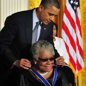 El presidente Barack Obama condecora a Maya Angelou con la Medalla de la Libertad en 2011 en reconocimiento a su vida y su obra.