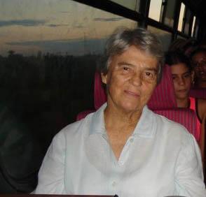 Carmen Comella, rscj, en una guagua rumbo al Valle de Viñales en Pinar del Río, me hizo ver esa foto en su página de Face Book, consciente de lo que amo mi tierra, un detalle de ella muy lindo.