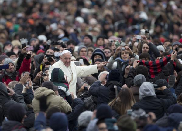 El papa Francisco con los pobres.  (AP Photo/Alessandra Tarantino)